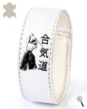 White magnetic band with Aikido posture and inscription (details)